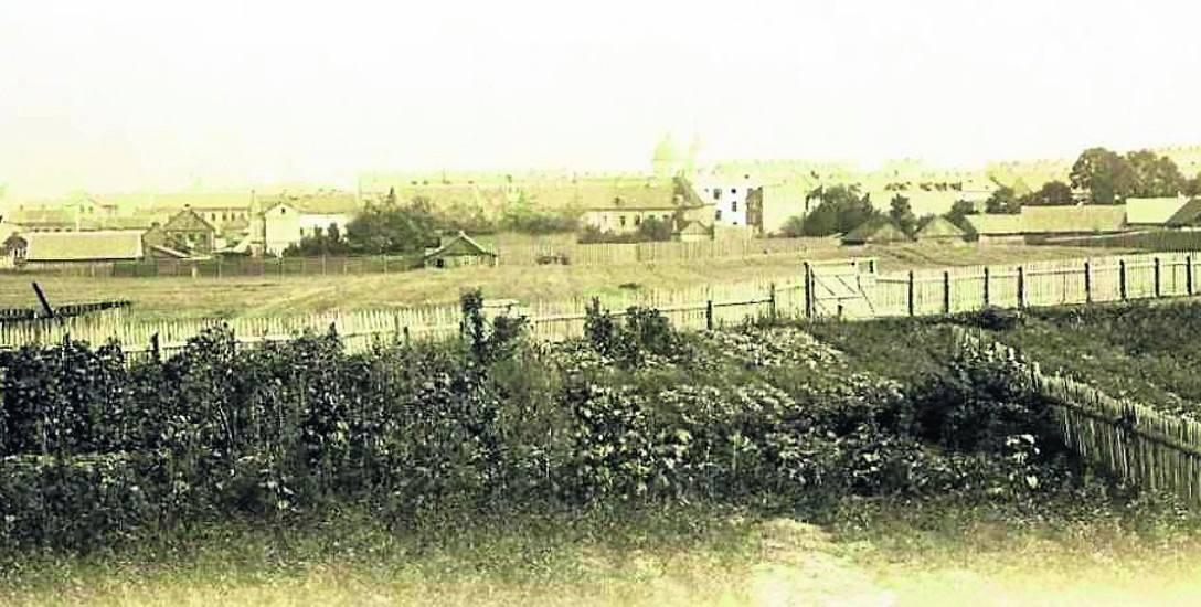 Pierwsze zdjęcie z albumu autorstwa Józefa Sołowiejczyka przedstawia widok ogólny na Białystok. Z prawej dom Janikowskich.