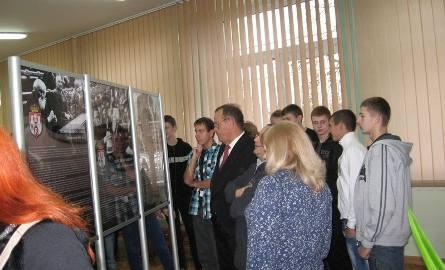 Goście i młodzież oglądali wystawę z zainteresowaniem