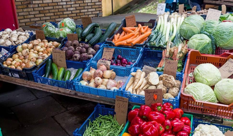 Film do artykułu: Ceny warzyw i owoców w Łodzi. Zobacz ceny warzyw i owoców na rynku na Zjazdowej [CENY NA ZJAZDOWEJ 27 maja 2020]