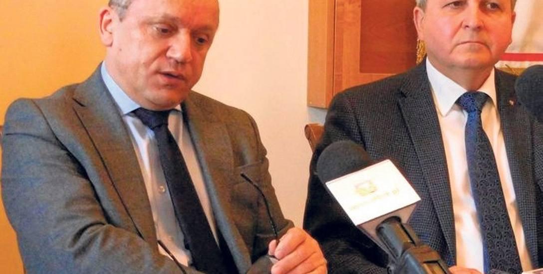 Stefan Bieszczad, radny sejmiku ( z lewej),  twierdzi, że starosta dębicki nie robi nic, żeby rozwiązać konflikt w I LO