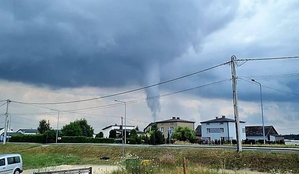 Film do artykułu: Trąba powietrzna nad Żorami. Zdjęcie wykonał jeden z robotników pracujących przy budowie domu
