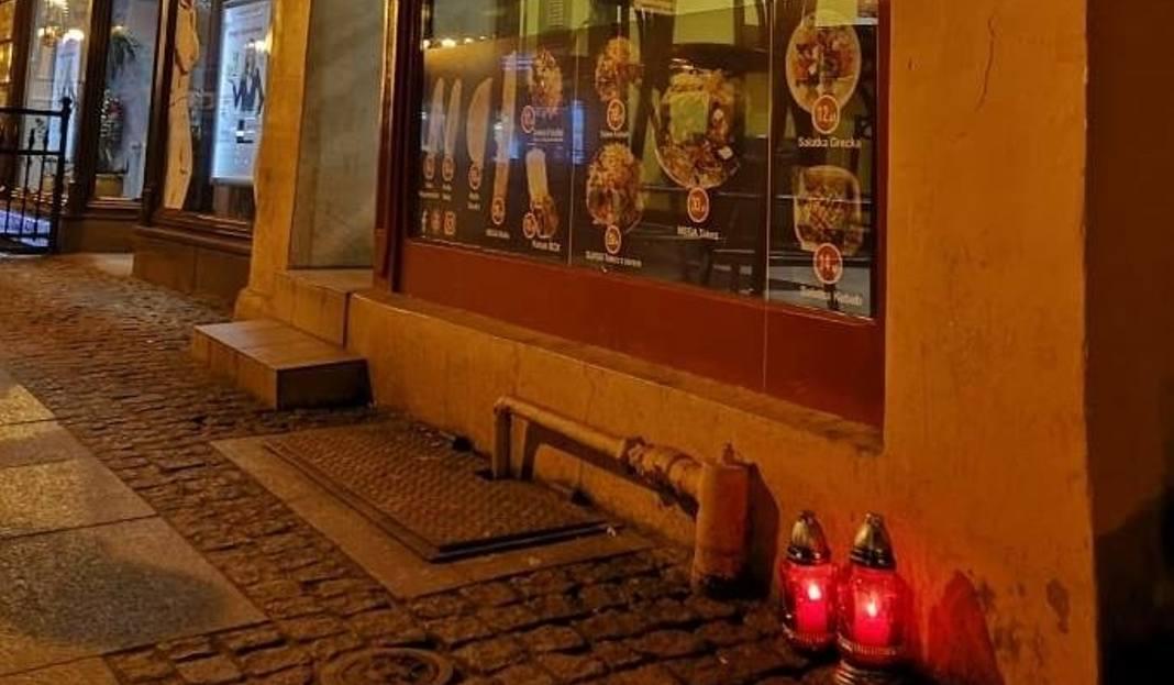 """W nocy z piątku na sobotę około godz. 1.30 doszło do bójki na ulicy Chełmińskiej przed """"Zahir Kebab"""". Pobity mężczyzna zmarł w szp"""