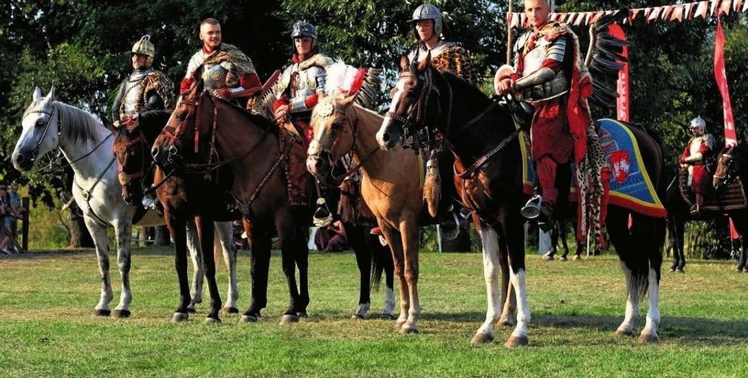 Zwycięzca Emil Mościcki (pierwszy z prawej) na koniu Faktor i - także reprezentujący Podlaską Chorągiew Husarską - Jan Jeremi Wasilewski (drugi z prawej)
