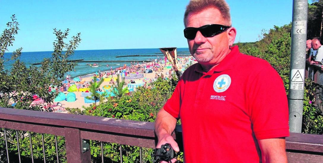 Krzysztof Lewandowski ratownikiem jest od 30 lat. O tej profesji wie wszystko. Aktualnie dowodzi grupą, która zabezpiecza plaże w Jarosławcu.