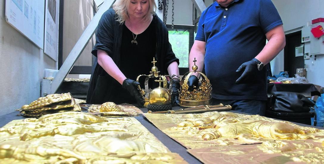 Agnieszka i Tomasz Trzosowie ze złoconymi aplikacjami oraz koronami grobowymi królów Władysława IV Wazy i Augusta II Mocnego