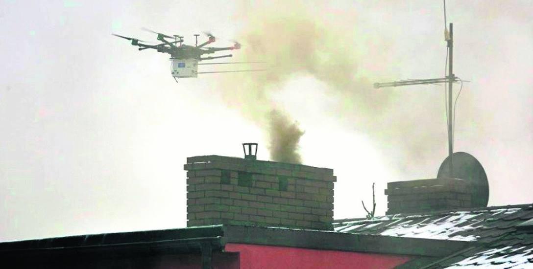 Dron lata w Katowicach nad domami i sprawdza, co zawiera dym z kominów