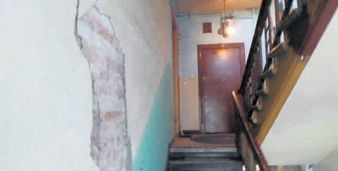 - Klatka schodowa w naszej kamienicy nie była malowana od wielu lat - twierdzi lokatorka jednego z mieszkań. Administracja zapewnia, że jest szansa na