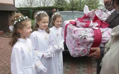 Ile dać dziecku na komunię świętą? Przed tym dylematem staje wiele osób. Im bliżej uroczystości, tym problem, ile włożyć do koperty na komunię świętą,