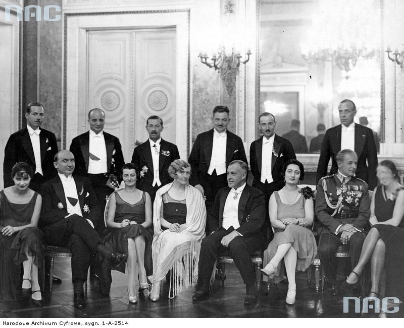 Raut w Warszawie u ministra spraw zagranicznych Augusta Zaleskiego. Marta Rydz, siedzi trzecia od lewej