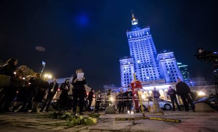 Samopodpalenie w Warszawie: Mężczyzna podpalił się na pl. Defilad. Zostawił wiadomość - ulotkę