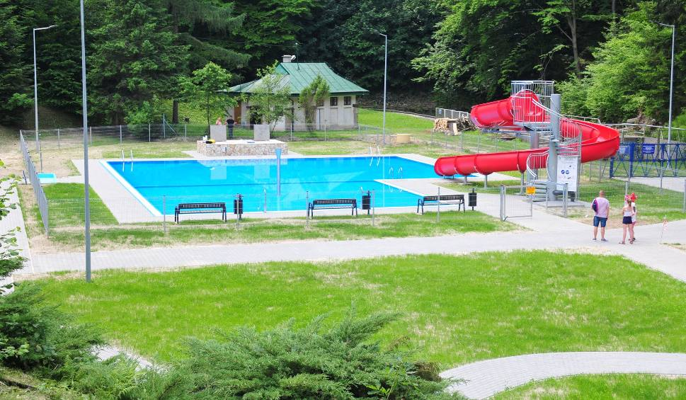 Film do artykułu: Nowy basen w Iwoniczu-Zdroju jest już gotowy. Wkrótce otwarcie. Znamy ceny [ZDJĘCIA]