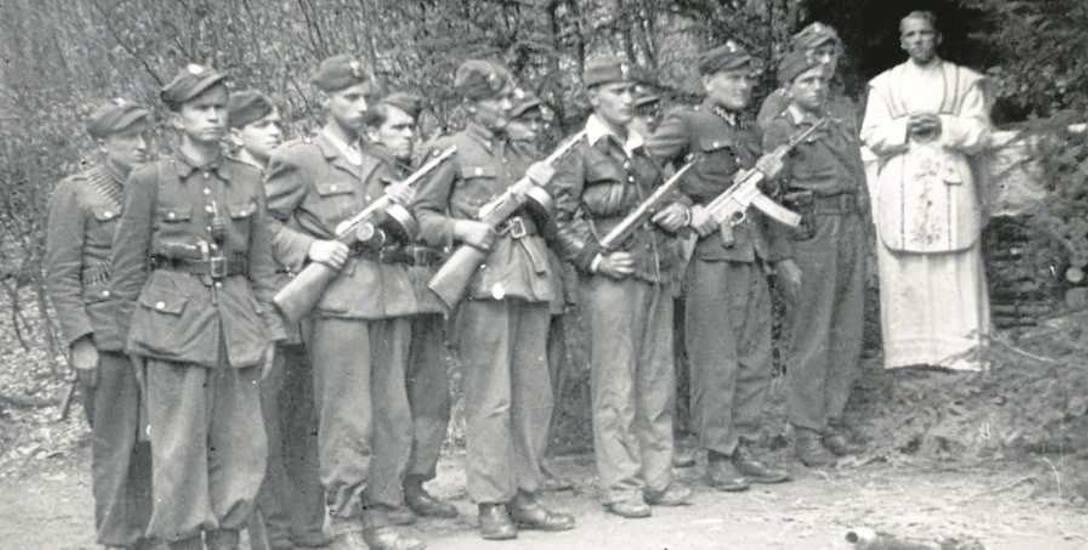 Ojciec Władysław Gurgacz z żołnierzami Polskiej Podziemnej Armii Niepodległościowców