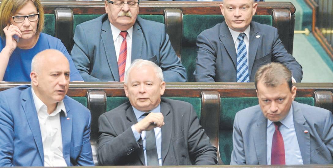 """Nazywany """"prawą ręką"""" prezesa PiS Jarosława Kaczyńskiego, wicemarszałek Joachim Brudziński (na zdjęciu z lewej) zastąpił Mariusza Błaszczaka w resorcie"""