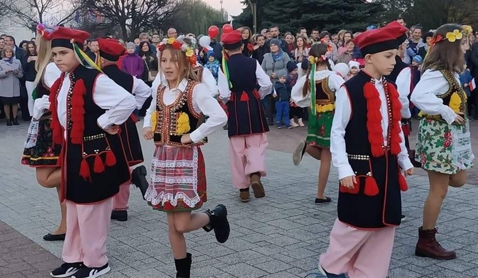 Film do artykułu: Narodowe Święto Niepodległości w Połańcu. Rodzinne świętowanie, sto par tańczących poloneza i krakowiak [ZDJĘCIA, WIDEO]