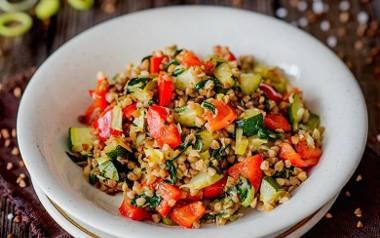 Kasza gryczana z warzywami: cukinią, papryką, porem i świeżym szpinakiem.