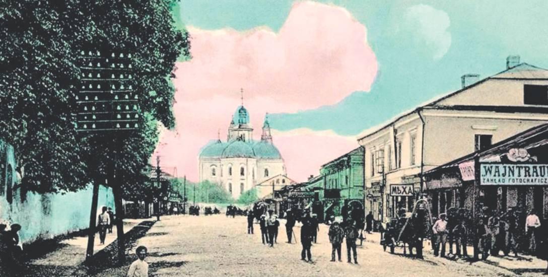 Pińsk, ulica Kiwerska, rok 1916. W głębi monaster św. Barbary. Na pierwszym planie zakład fotograficzny Wajntrauba. W mieście tym twórcą Muzeum Poleskiego