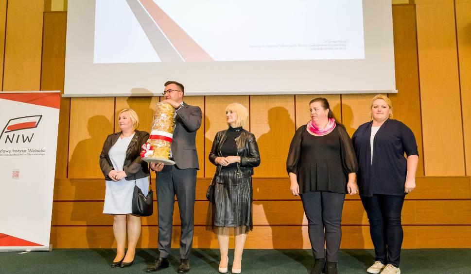 Film do artykułu: Inicjatywa Społeczna Roku 2018. Wojewoda wręczył nagrody społecznikom [ZDJĘCIA, WIDEO]