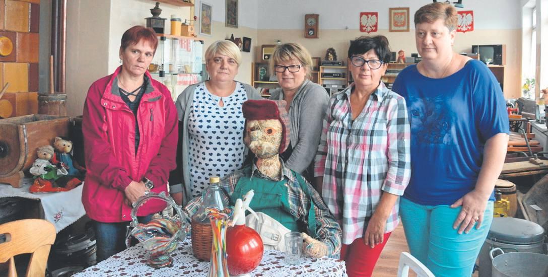 Od lewej: Małgorzata Drzdzeń, Jolanta Bajorska, Elżbieta Majewska, Bożena Kulicz i Krystyna Żurek - panie ze Stowarzyszenia Muzeum PGR w Bolegorzyni