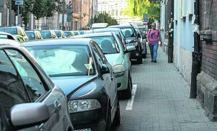 W Krakowie urzędnicy zatwierdzili oznakowanie strefy płatnego parkowania, które teraz trzeba poprawiać za prawie 6 mln zł