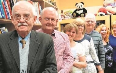 """Zarząd Klubu Seniora """"Razem lepiej"""". Od lewej: Zbigniew Słomski, Wiesław Błażejewski , Elżbieta Spychalska, Urszula Nowak,  Leszek Nowak, Maria Mazur,"""