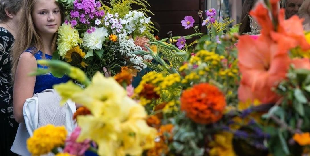 Zgodnie ze zwyczajem wierni przynoszą do kościoła bukiety ułożone z wielu roślin.