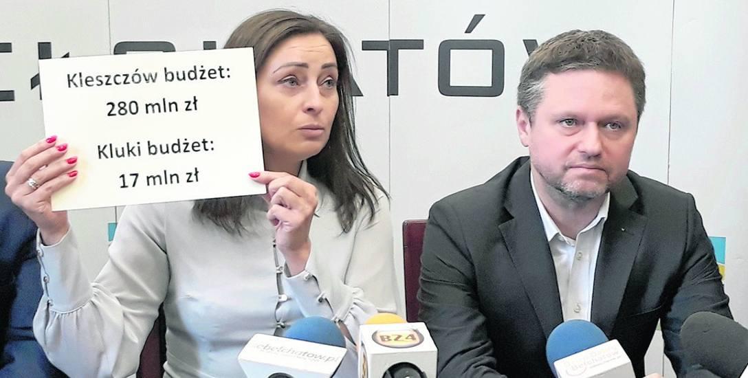 Posłanka Małgorzata Janowska (pokazuje dysproporcje w dochodach gmin powiatu bełchatowskiego) i wójt gminy Bełchatów Kamil Ładziak