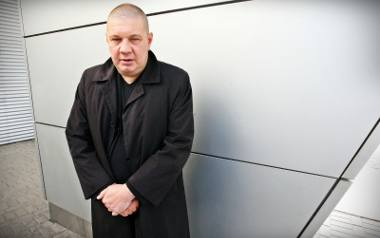 Marek Dyjak jest znany z przejmujących ballad, w których opisuje los człowieka mocno poturbowanego przez życie