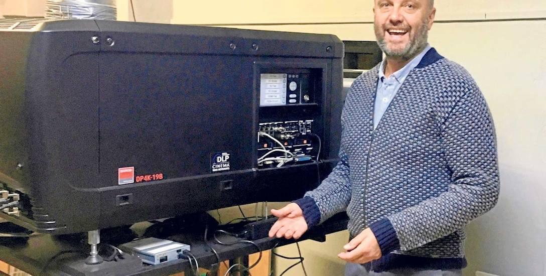 Arkadiusz Sip prezentuje nowoczesny cyfrowy projektor, który umożliwia wyświetlanie filmów w jakości jeszcze lepszej niż HD - w technologii 4K