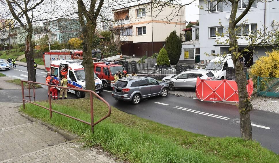 Film do artykułu: Tragiczny wypadek w Krośnie Odrzańskim. Mężczyzna wsadzał dzieci do auta i został potrącony. Zginął na miejscu