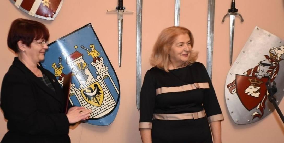 Podczas nominacji burmistrz E. Gancarz ( z prawej) z I. Prokop