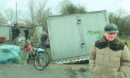 Przy ulicy Szpitalnej w Bydgoszczy wichura przewróciła blaszany garaż. A podobnych zdarzeń było kilkanaście.