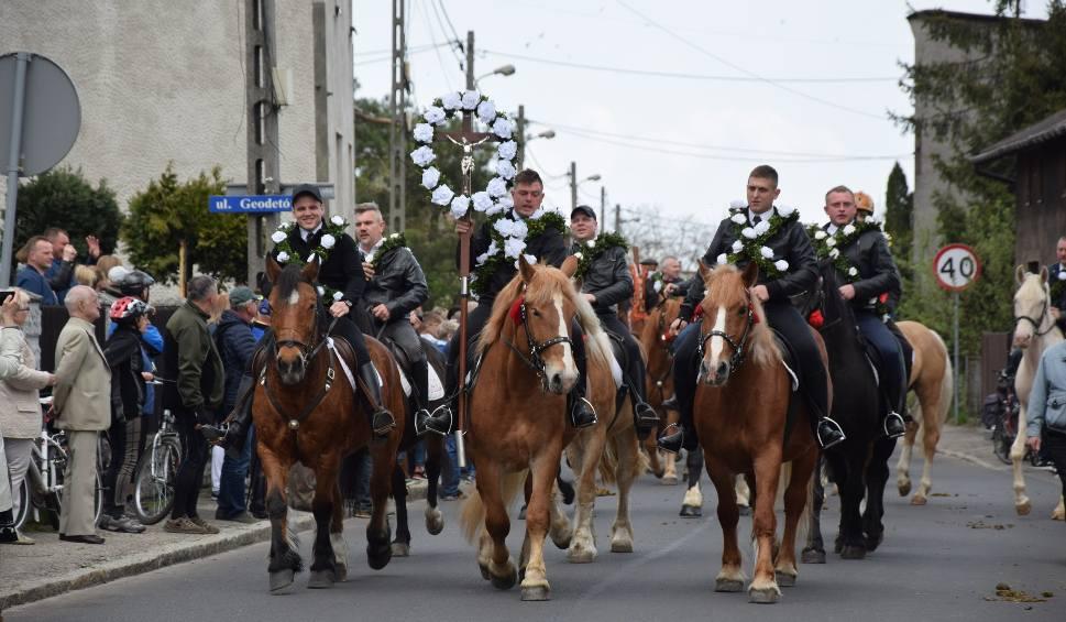 Film do artykułu: Wielkanocna procesja konna w Gliwicach-Ostropie. Procesja wyruszyła sprzed kościoła Ducha Świętego w Ostropie WIDEO + ZDJĘCIA