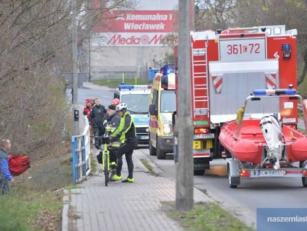 Strażacy otrzymali zgłoszenie, że ciało kobiety płynie 2 metry od brzegu Zgłowiączki tuż przy moście na ulicy Wysokiej we Włocławku,Więcej informacji