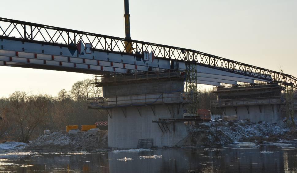 Film do artykułu: Remont starego mostu w Ostrołęce: rozpoczął się montaż przęseł łączących filary przeprawy [ZDJĘCIA+WIDEO]