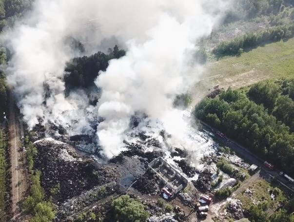 Gigantyczny pożar składowiska opon w Trzebini. Słup dymu i ognia widać było z wielu kilometrów