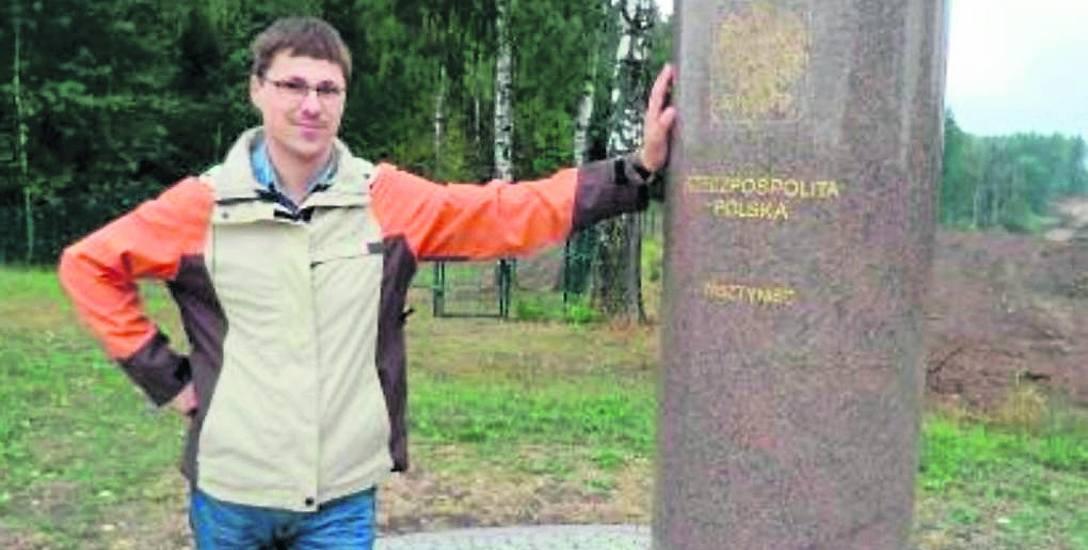 W suwalskich Bolciach znajduje się granitowy znak graniczny. Teraz został uwieczniony na znaczku (zdjęcia w kółku)