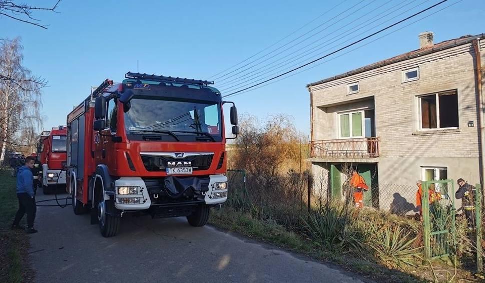 Film do artykułu: Tragiczny pożar w gminie Bodzechów. Strażacy znaleźli zwęglone ciało mężczyzny [ZDJĘCIA]