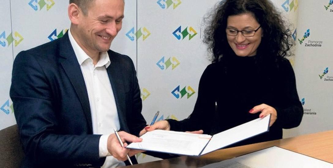 Umowę podpisali wicemarszałek Tomasz Sobieraj i prezes KARR Natalia Wegner