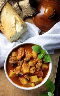 Ostra, rozgrzewająca węgierska zupa gulaszowa.