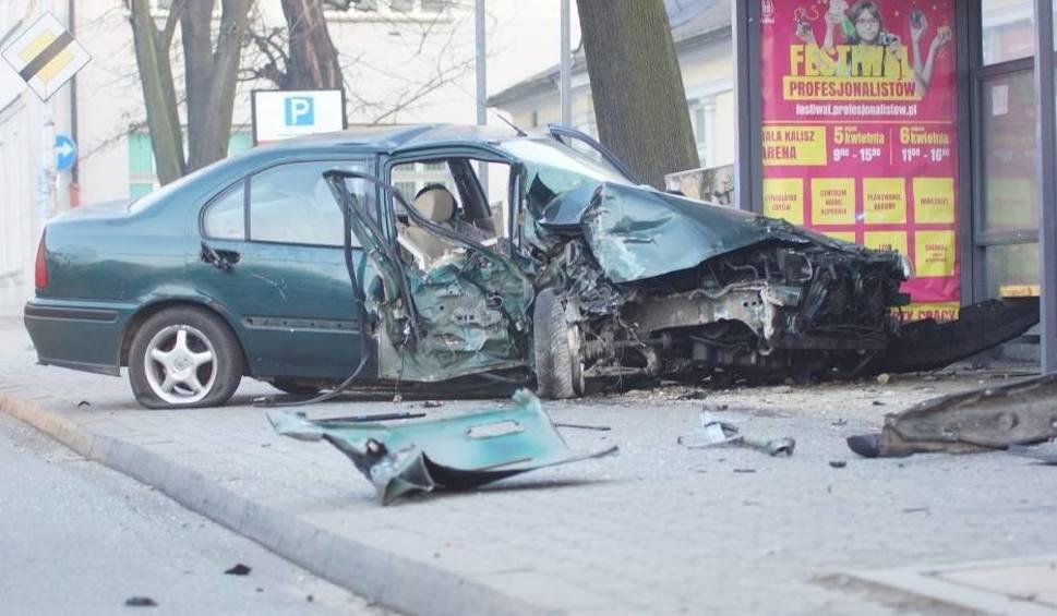 Film do artykułu: Kalisz: Wypadek na ul. Nowy Świat. Kierowca był pijany i nie miał prawa jazdy [ZDJĘCIA]