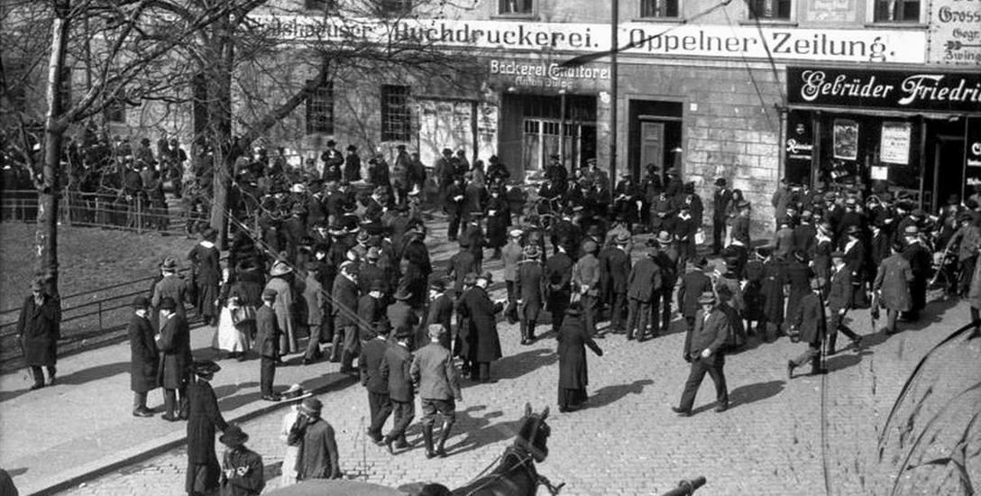 Opole 1921. Mieszkańcy oczekują na wyniki plebiscytu.