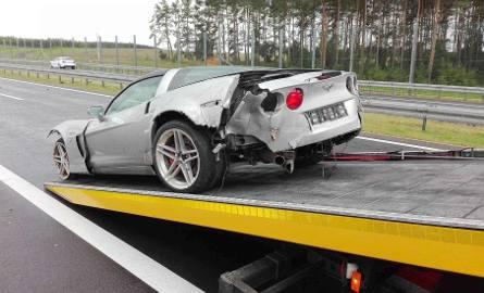 Rozpędzony samochód chevrolet corvette uderzył w barierki, obrócił się na jezdni i uszkodził trzy inne osobówki.Do groźnie wyglądającego wypadku doszło
