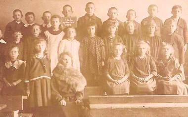 Pani Michalina, wówczas Jurekówna ze swoimi uczniami w szkole w Myśliwcu, w powiecie wąbrzeskim. Często ciepło wspominała pracę z dziećmi w Myśliwcu,