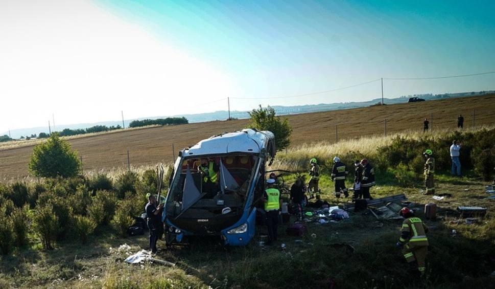 Film do artykułu: Wypadek autobusu na A1 pod Tczewem 15.08.2020. Autokar przewoził dzieci ze Śląska. 31 osób poszkodowanych. 6 osób ciężko rannych [zdjęcia]