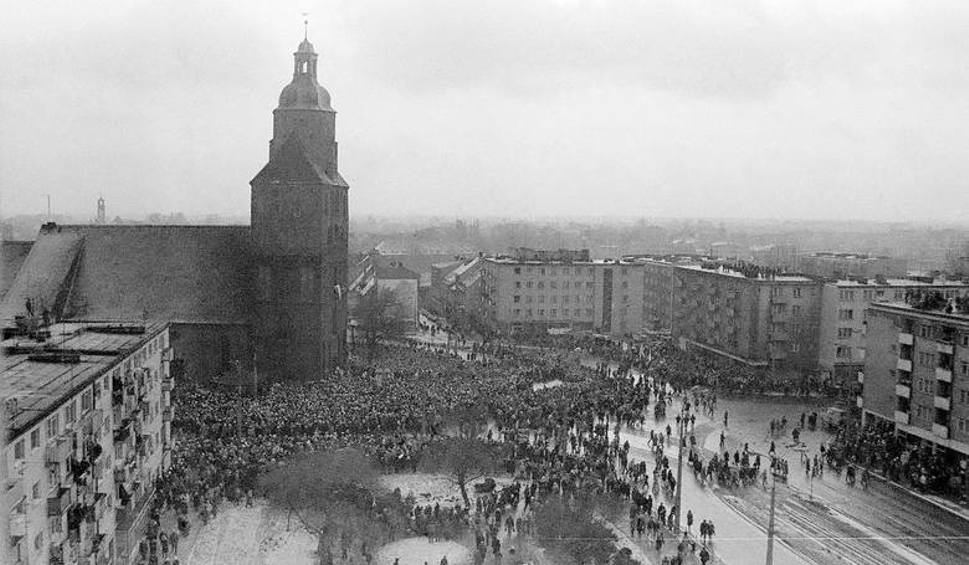 Film do artykułu: Na Jego pogrzebie w Gorzowie zjawiło się 60 tys. ludzi. Dziś rocznica śmierci biskupa Pluty [GALERIA]