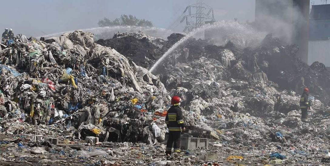 Składowisko na terenie dawnych zakładów Boruta w Zgierzu koło Łodzi dogaszane przez strażaków po pożarze