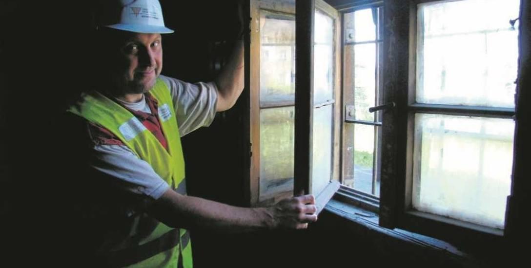 Dagmar Kopijasz przy jednym z okien zaplecza kantyny. Mimo upływu 76 lat i braku konserwacji wciąż drewno i zamki są w całkiem dobrym stanie. Wewnątrz