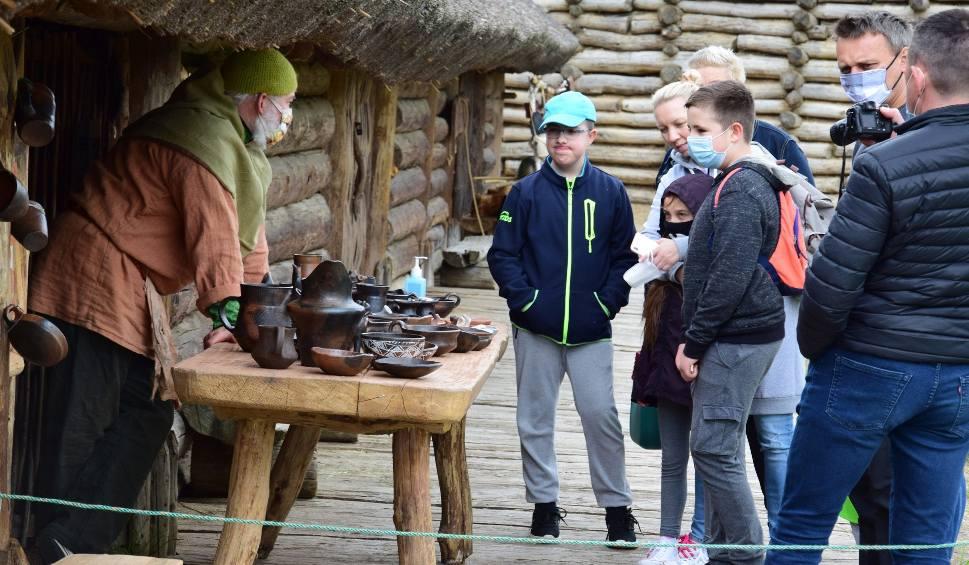 Film do artykułu: Muzeum Archeologiczne w Biskupinie: Turyści w maseczkach. Ale i tak zachwyceni! [zdjęcia]