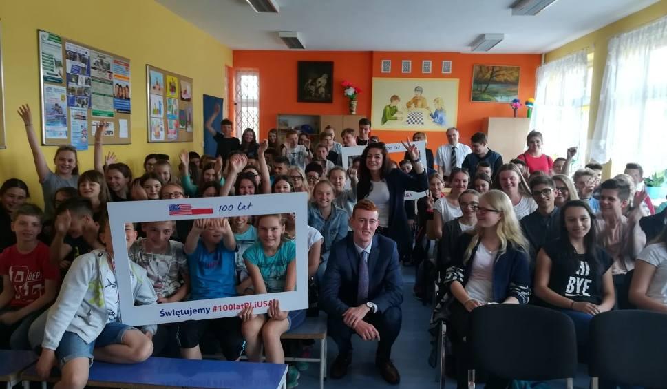 Film do artykułu: Gmina Jedlińsk. Dyplomaci z Ambasady USA w Zespole Szkół w Jedlińsku. Spotkali się z młodzieżą