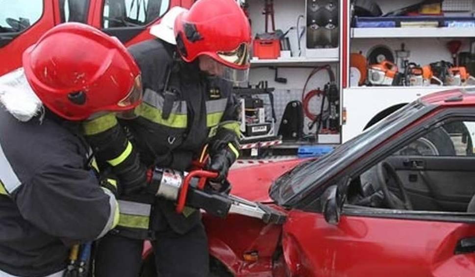 Film do artykułu: Gmina Ciepielów. Wypadek w Rafałowie. Kierujący samochodem osobowym zdjechał z jezdni, wóz uderzył w drzewo. Strażacy musieli ciąć karoserię